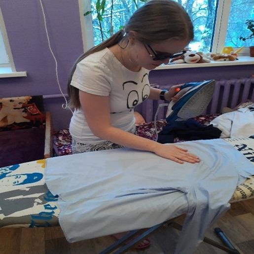Ольга Александрова гладит кофту
