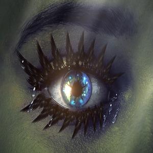 цветной рисунок, на котором изображён накрашенный глаз девушки. Зрачок голубой, неестественно сияет, ресницы будто слиплись от туши. На ресницах и в уголке глаз слёзы