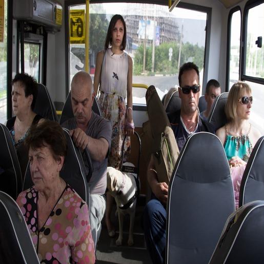 Ольга Лифанова с собакой-поводырем едет в полном автобусе