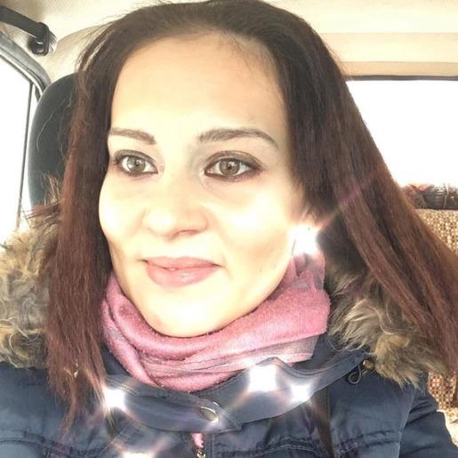 Улыбающаяся Екатерина Попова с ярким макияжем и в розовом шарфе