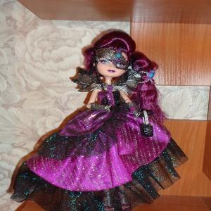 Кукла в длинном фиолетовом плаьте, губы и волосы у нее тоже фиолетовые, на глазах фиолетовый макияж, половину лица прикрывает подобие фиолетово-черной маски