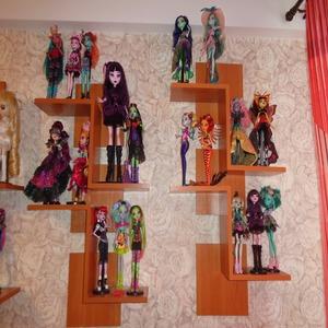 На полках множество кукол с разноцветными волосами и в разноцветных одеждах