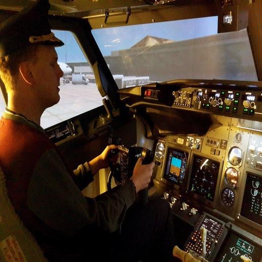 Иван Колобов сидит за штурвалом самолета