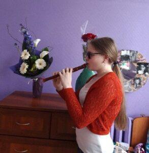 Ольга играет на флейте