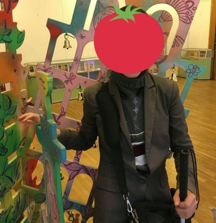 На фото лицо Алии закрыто красной декоративной наклейкой