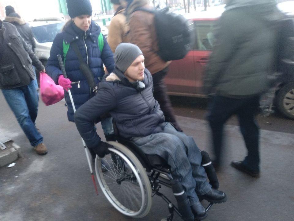 На фото Алия Нуруллина толкает инвалидную коляску