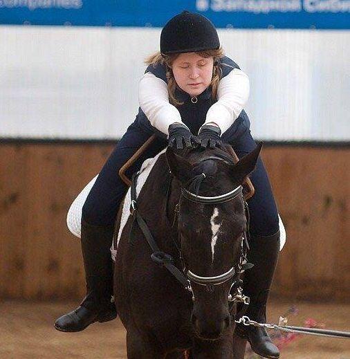 Екатерина Романова верхом на лошади, фото в движении