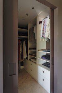 На фото шкафы с одеждой и обувью внутри
