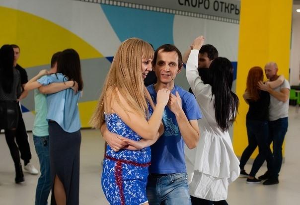 На фото Екатерина Шустова танцует с партнером