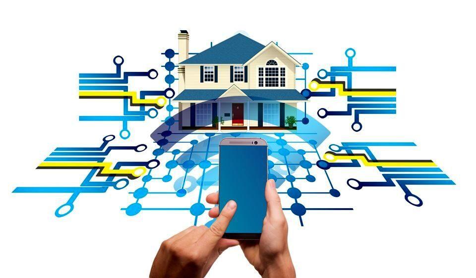 """Иллюстрация: руки, управляющие смартфоном, который управляет """"умным домом"""""""