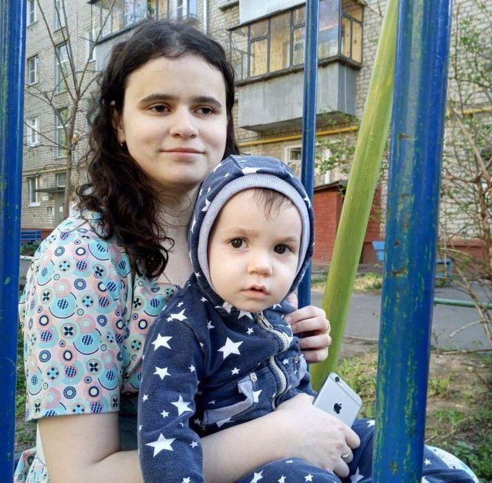 На фото Регина Филатова с маленьким сыном на руках