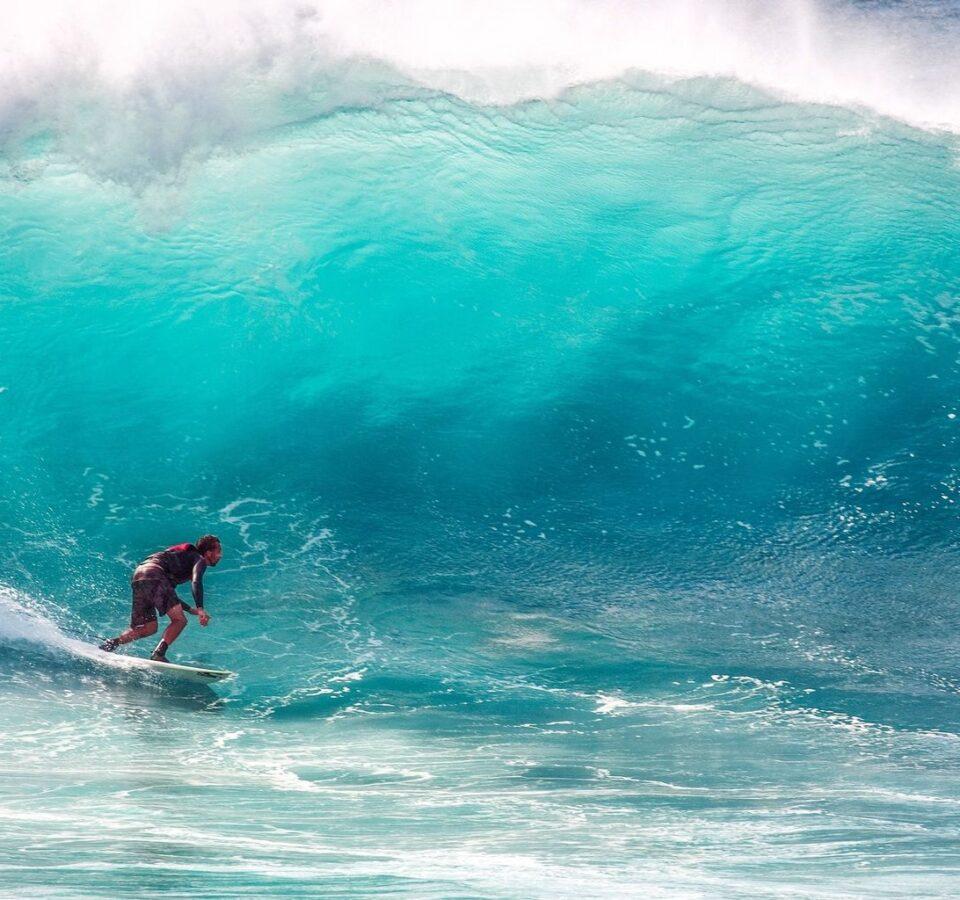 На фото серфингист ускользает от набегающей волны