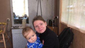Елена Катуркина с сыном на руках