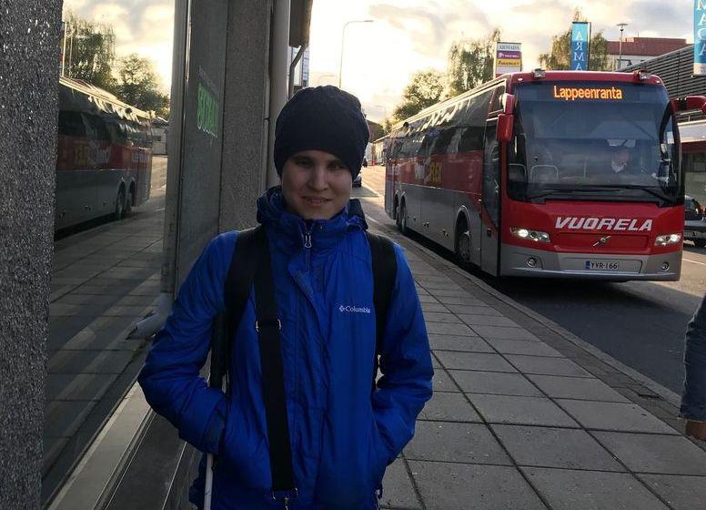 Алия Нуруллина возле туристического автобуса.