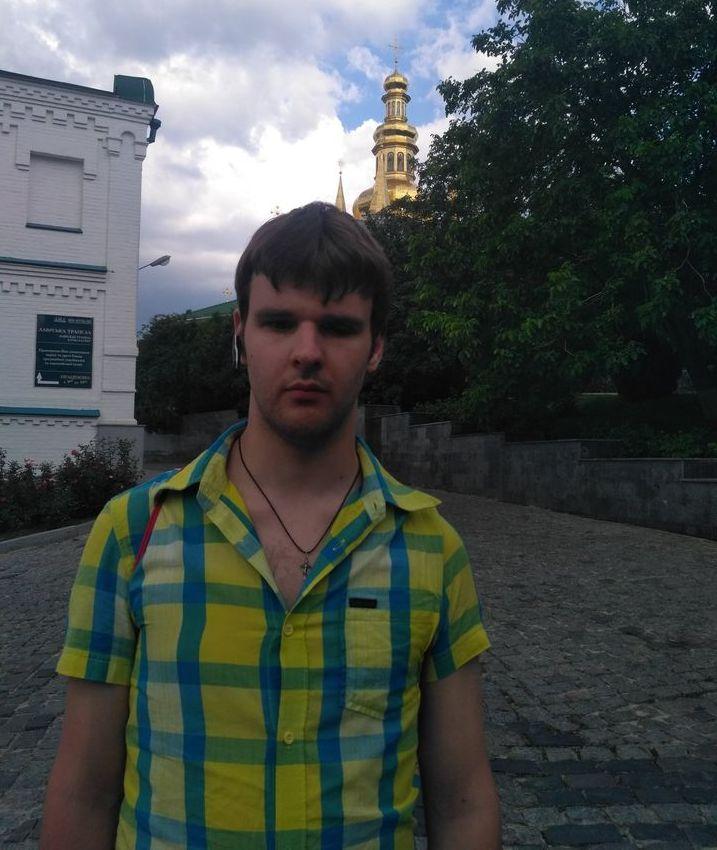 Григорий Конзалаев на фоне церкви и памяток истории