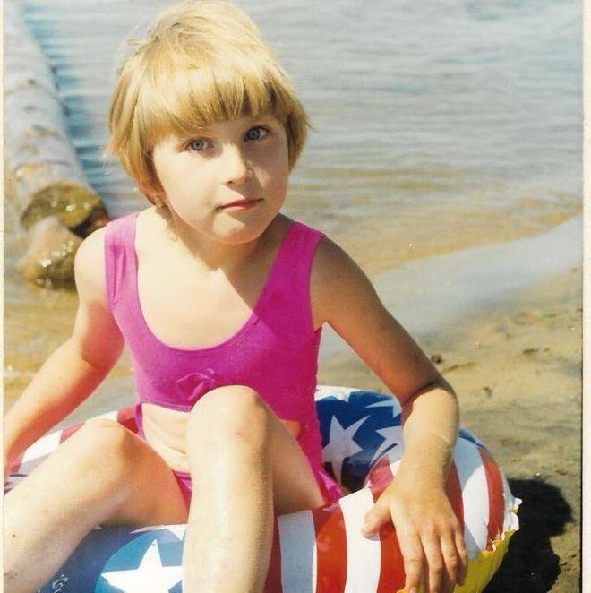 София Дидина - маленькая девочка с надувным кругом на море