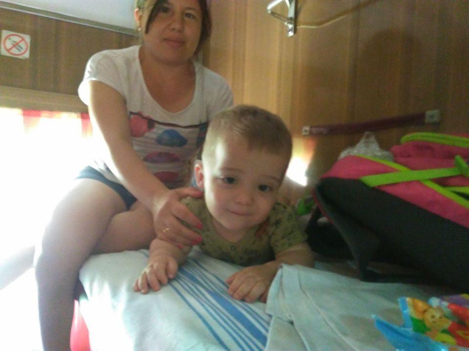Светлана Стрельцова с маленьким сыном в поезде
