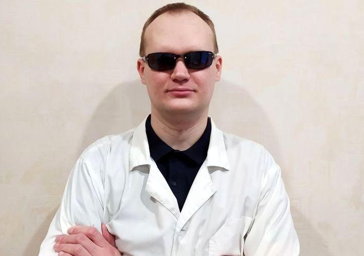 Александр Агафонов - молодой человек в темных очках и белом медицинском халате
