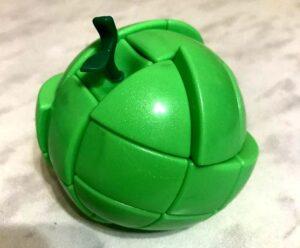 Кубик Рубика в виде зеленого яблока