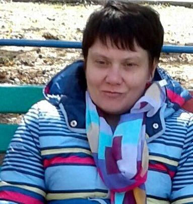 На фото Наталья Демьяненко в яркой куртке и шарфе