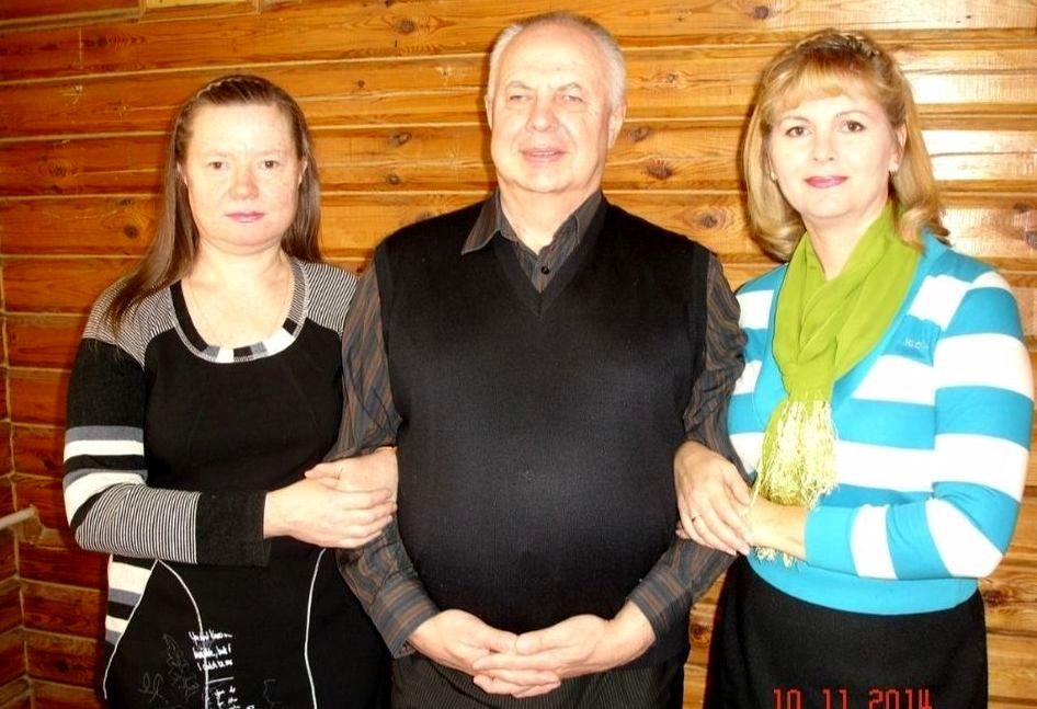 На фото три человека - Владимир Елфимов стоит в центре