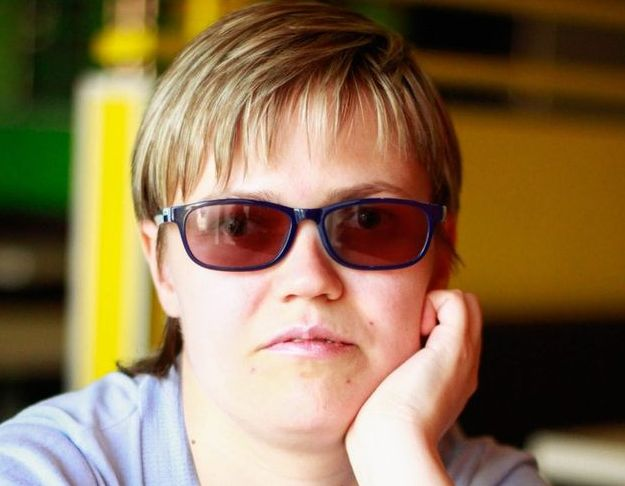 Фотопортрет Маргариты Мельниковой, она в темных очках, коротко стрижена