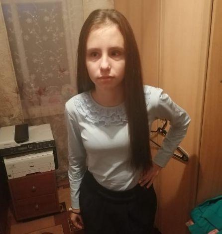 Александра Жарова стоит в комнате