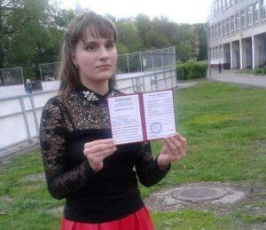 Карина возле школы с красным дипломом в руках