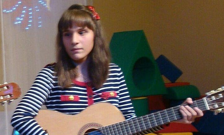 Карина Райская играет на гитаре