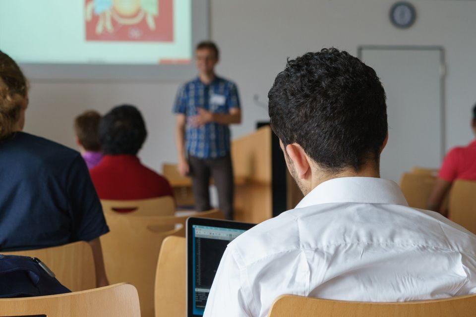Преподаватель читает лекцию студентам в аудитории