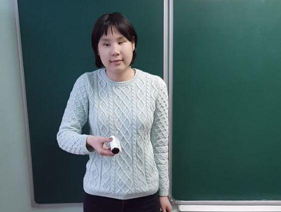 Марина Данилова в учебной аудитории у доски