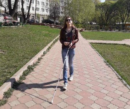 Надежда Василенко идет с тростью по аллее