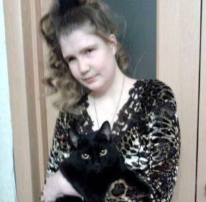 Евгения Берендеева с черным котом на руках