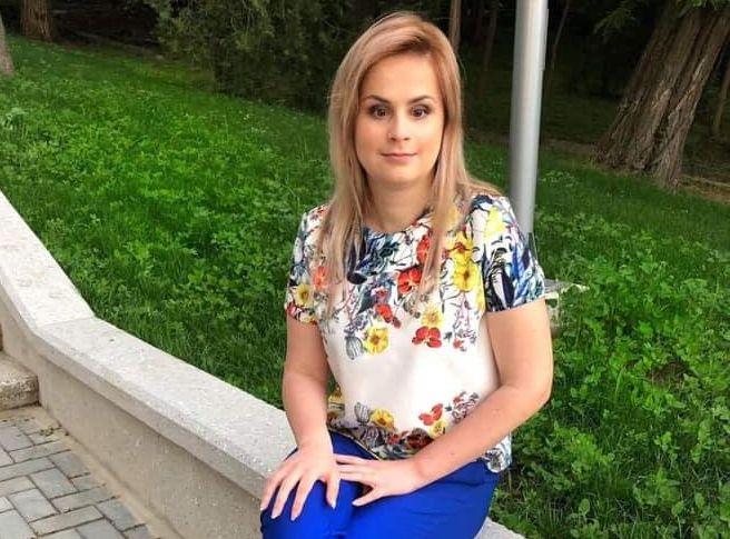 Габриела Могылдан сидит на фоне зеленой травы