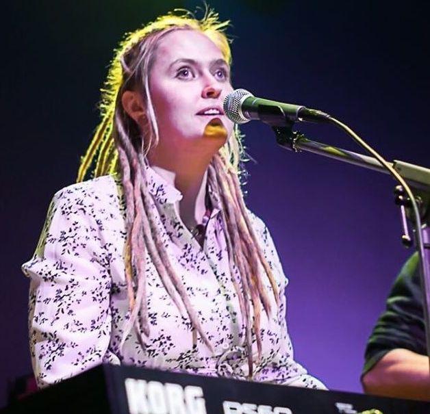 На сцене перед микрофоном Полина Свиридова
