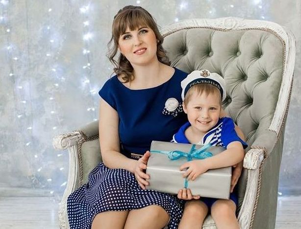 София Дидина с сыном сидят в кресле