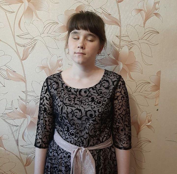 Елизавета Лошкарева стоит на фоне стены