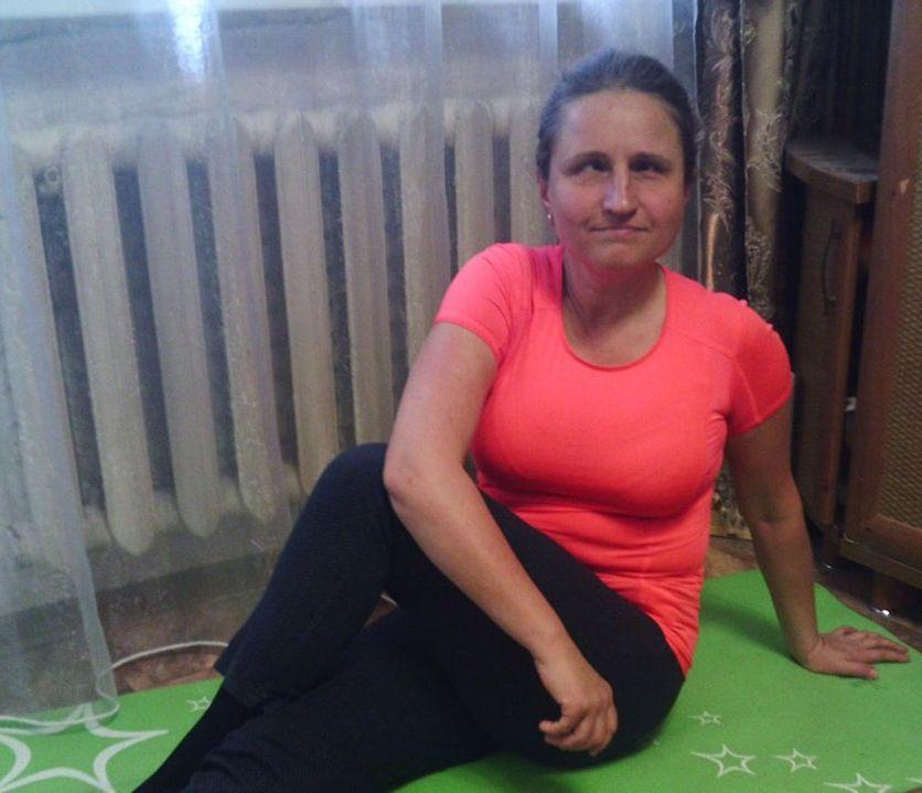 Мария сидит на коврике для занятий фитнесом