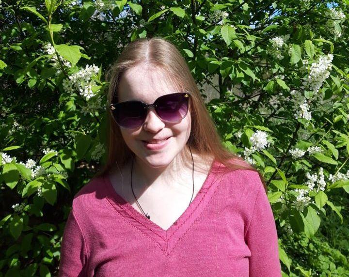 Ольга на фоне цветущего куста черемухи