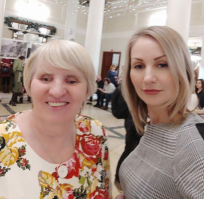 На фото рядом - мать и дочь