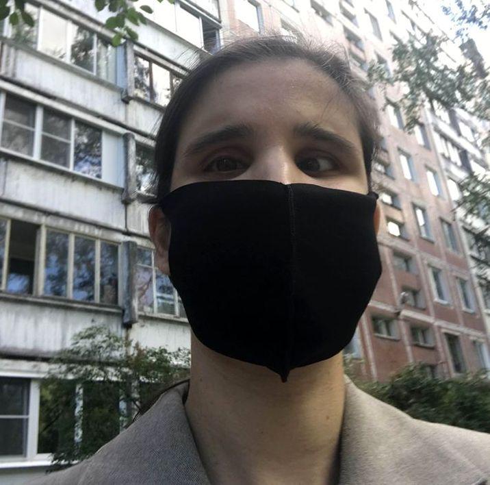 Алия Нуруллина в черной маске на лице.