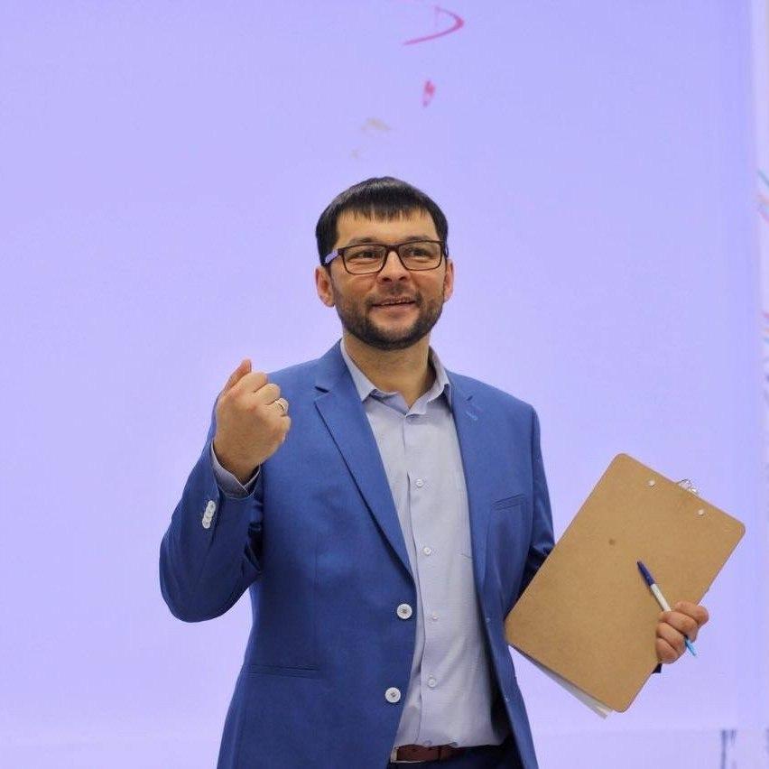 Константин Сомов выступает на сцене.