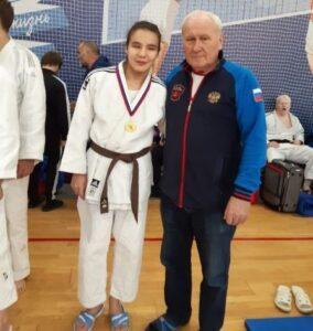 Алсу Насырова в белом халате и черном поясе и ее тренер