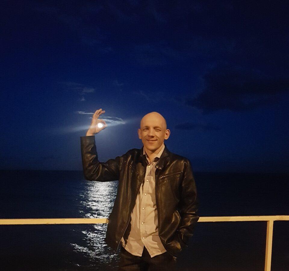 Кирилл Казбан на фоне ночного моря