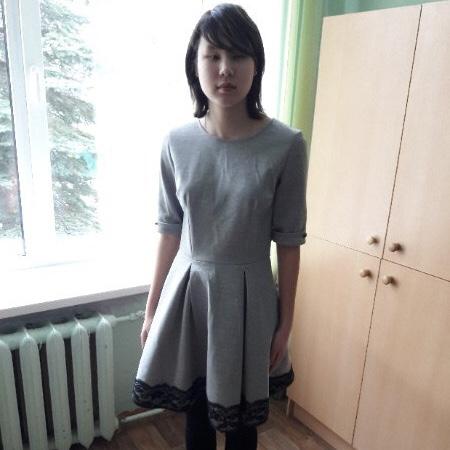 Марина Данилова стоит у окна.