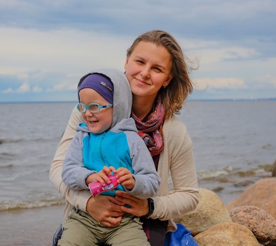 Маргарита с сыном на фоне финского залива.