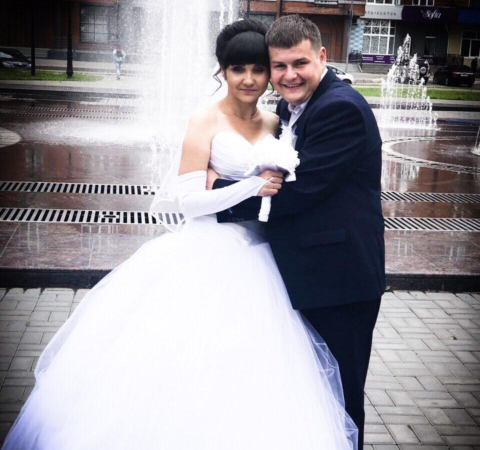 Артем Илюхин с супругой на фоне фонтанов.