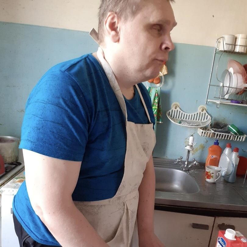 Вадим Воронцов в фартуке готовит на кухне