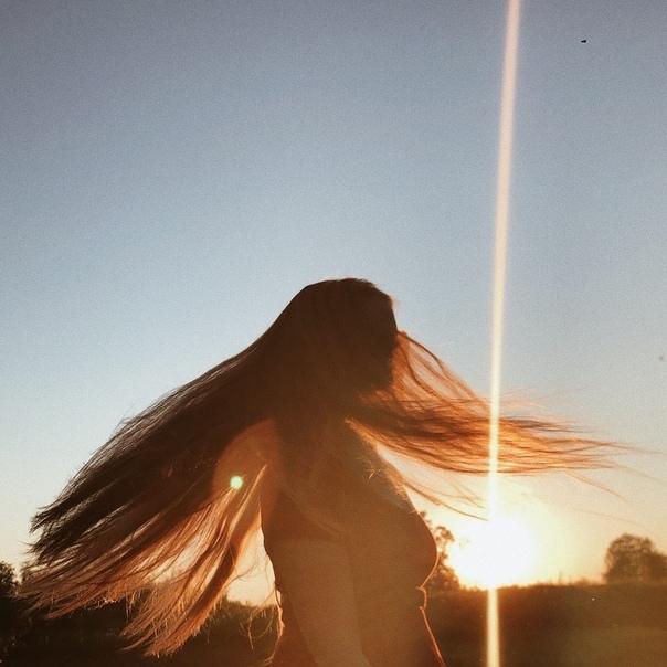Ольга Александрова стоит в лучах заходящего солнца