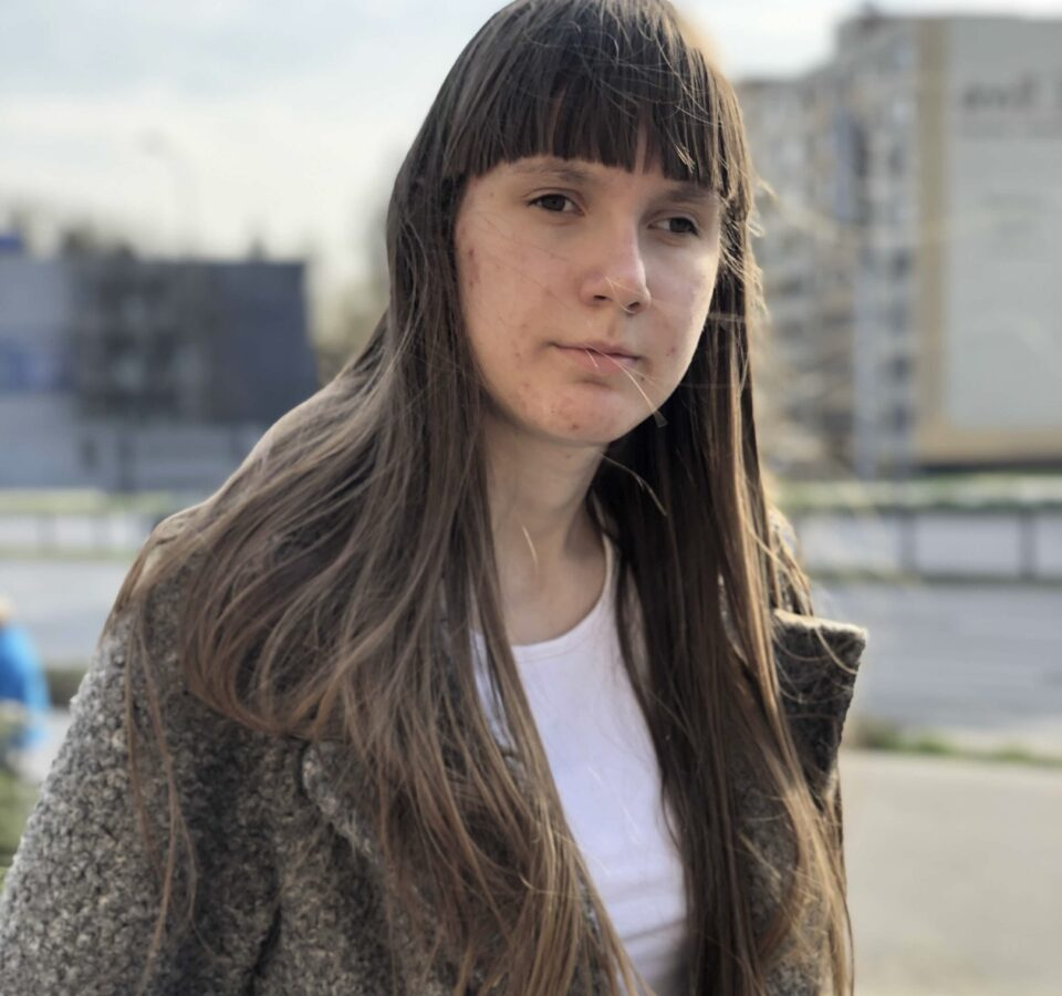 Эльвира Бахарева стоит на фоне многоквартирных домов